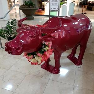 グアムタモンサンズプラザの赤い水牛