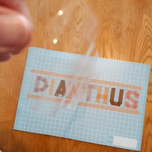 ロゴの上に透明テープ