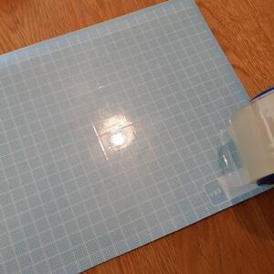 ボードに万遍なく透明テープ